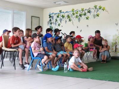 Jeunes qui assistent à un spectacle de marionnettes dans le cadre des accueils de loisirs