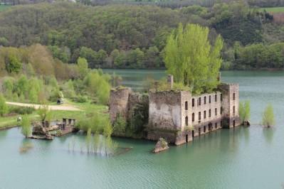 Vue sur les ruines du chateau de Grandval à Teillet