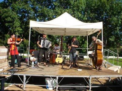 Podium et tonnelle de la Communauté de Communes lors du concert du groupe Aalma